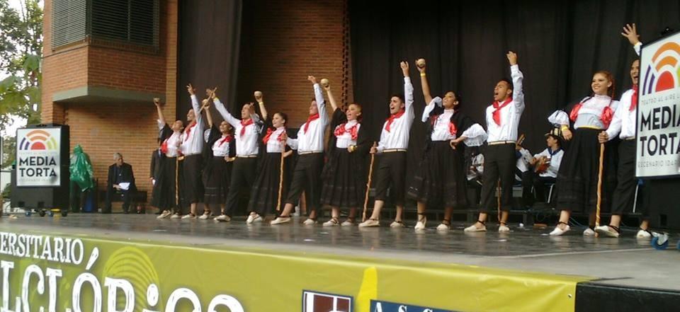 grupo danza u catolica 13