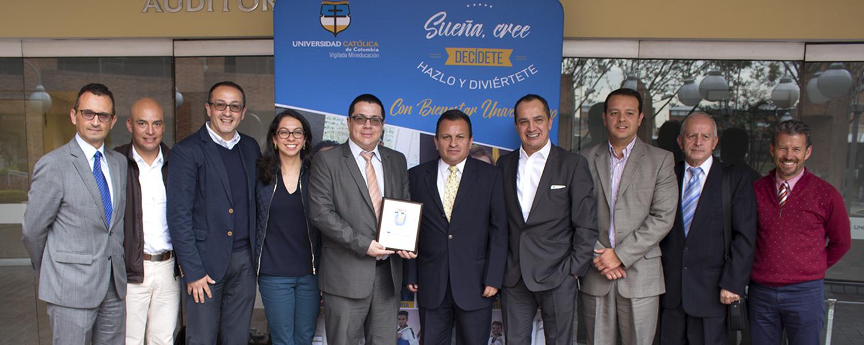 """comité ejecutivo del grupo los Cerros otorgó a la Universidad Católica de Colombia la placa a los """"30 AÑOS"""", por el compromiso, apoyo, liderazgo y construcción de tejido social a través del deporte."""