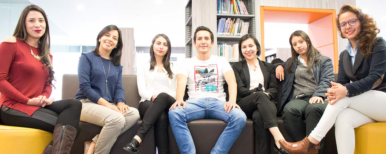 Estudiantes de la Universidad Católica de Colombia que trabajan en Colciencias